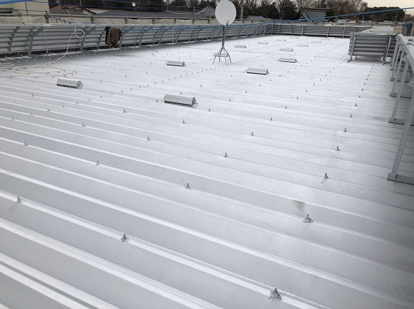 東京都東村山市 外壁塗装 屋根塗装 付帯部塗装 折板屋根中塗り・上塗り (1)