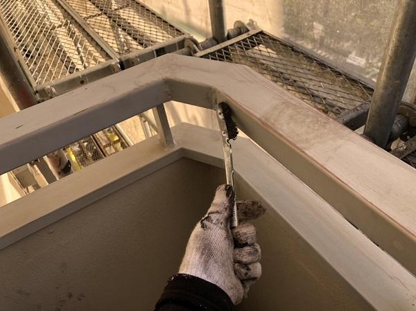 東京都清瀬市 アパート 外壁塗装・屋根塗装 ベランダ手すりの塗装 ケレン作業が決め手です。 (3)